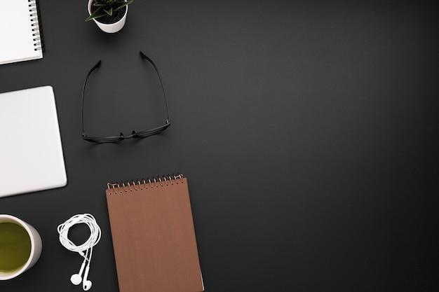 Vista dall'alto dell'area di lavoro con occhiali e notebook Foto Gratuite