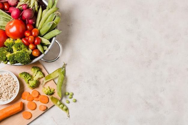 Vista dall'alto della ciotola di cibo sano con spazio di copia Foto Gratuite