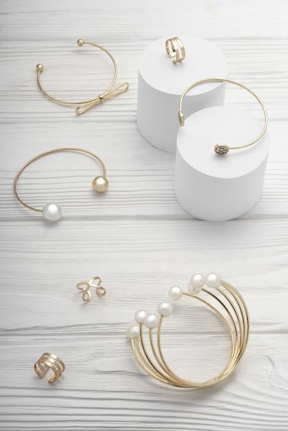 Vista dall'alto della collezione di bracciali e anelli di gioielli d'oro accessori Foto Premium