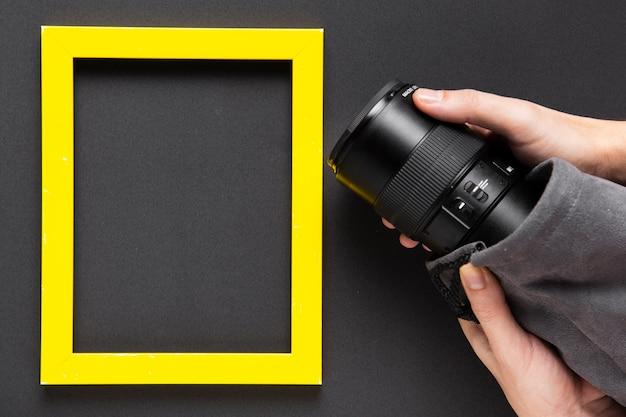 Vista dall'alto della fotocamera e cornice con spazio di copia Foto Gratuite