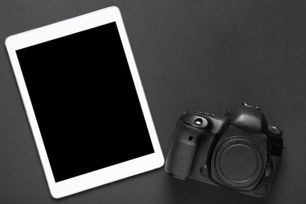 Vista dall'alto della fotocamera e tablet con spazio di copia Foto Gratuite