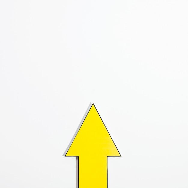 Vista dall'alto della freccia gialla con spazio di copia Foto Gratuite