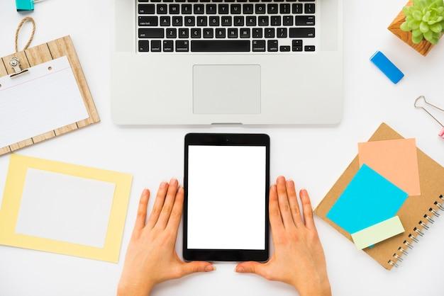 Vista dall'alto della scrivania con mockup tablet Foto Gratuite