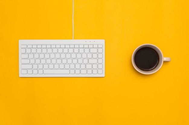 Vista dall'alto della scrivania e lo stile di vita sullo sfondo di colore. Foto Premium