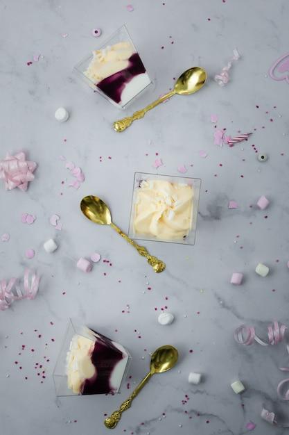 Vista dall'alto della torta di compleanno e posate d'oro Foto Gratuite