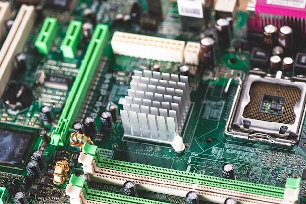 Vista dall'alto dello slot di memoria e del dissipatore di calore sul componente del computer Foto Gratuite