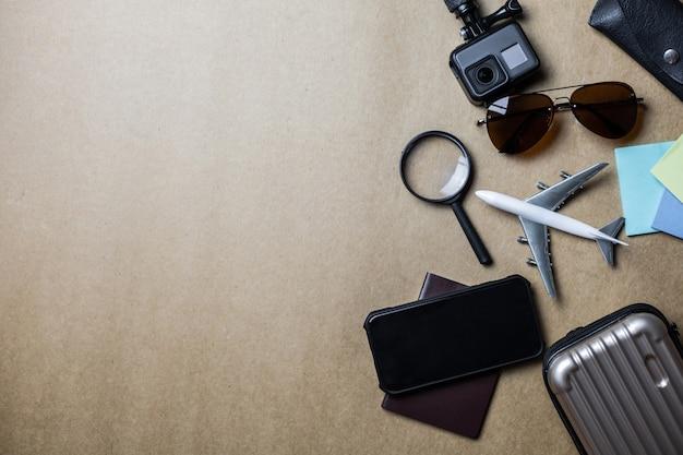 Vista dall'alto di accessori utilizzati per i viaggiatori di piacere. Foto Premium
