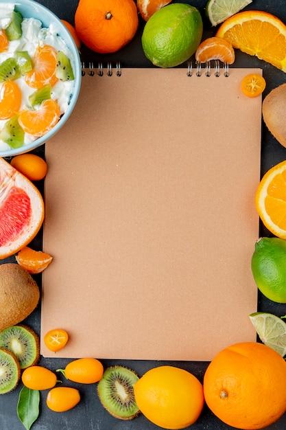 Vista dall'alto di agrumi come lime lemon orange e altri con spazio di copia Foto Gratuite