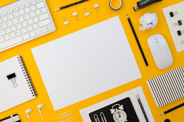 Vista dall'alto di articoli per ufficio con tastiera e mouse Foto Gratuite