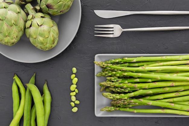 Vista dall'alto di asparagi freschi su un tavolo Foto Gratuite