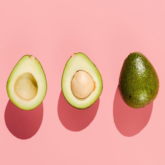 Vista dall'alto di avocado su sfondo rosa Foto Gratuite