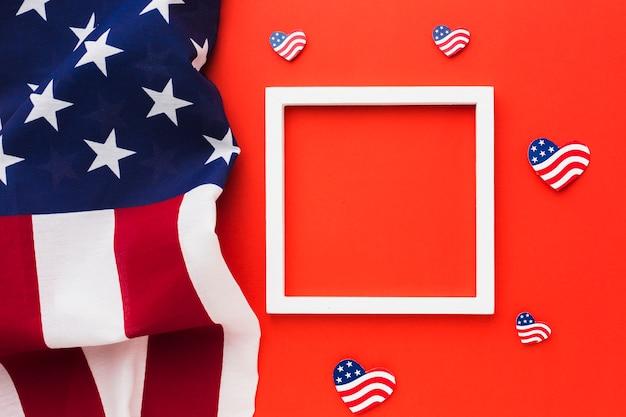 Vista dall'alto di bandiere americane con cornice per la festa dell'indipendenza Foto Gratuite