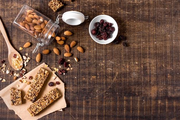 Vista dall'alto di barrette di cereali con spazio di copia e mandorle Foto Gratuite