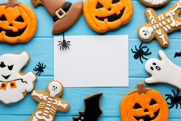 Vista dall'alto di biscotti di halloween con mock-up Foto Gratuite