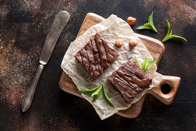 Vista dall'alto di brownies con menta e nocciole Foto Gratuite