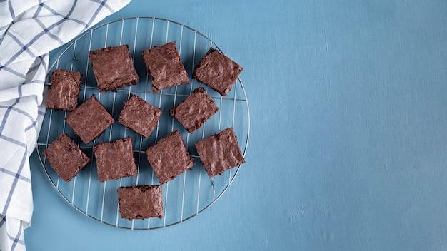 Vista dall'alto di brownies su rack di raffreddamento con spazio di copia Foto Gratuite
