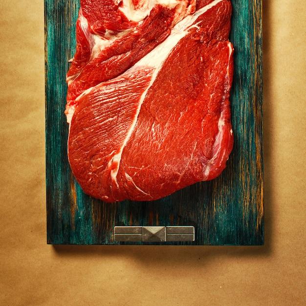 Vista dall'alto di carne rossa di manzo con pepe nero Foto Premium
