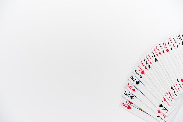 Vista dall'alto di carte da gioco su sfondo bianco Foto Gratuite