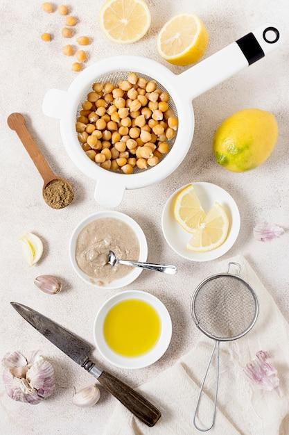 Vista dall'alto di ceci con limone e aglio Foto Gratuite