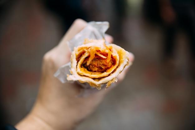 Vista dall'alto di chicken kati roll. è un kebab arrostito con uno spiedino avvolto in un pane di paratha. Foto Premium