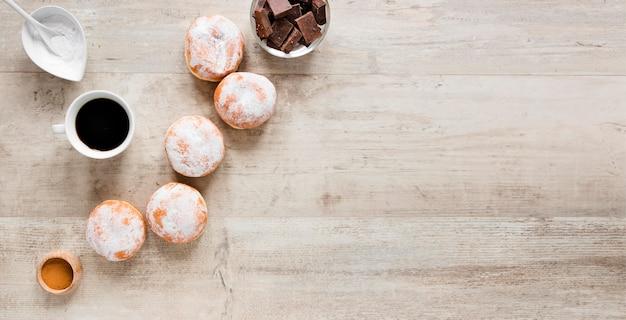 Vista dall'alto di ciambelle con caffè e cioccolato Foto Gratuite