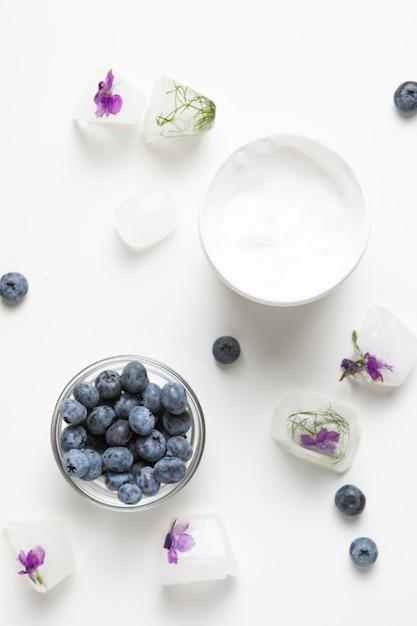 Vista dall'alto di crema per il corpo e sapone naturali Foto Gratuite