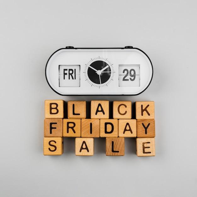 Vista dall'alto di cubi vendita orologio e venerdì nero Foto Gratuite