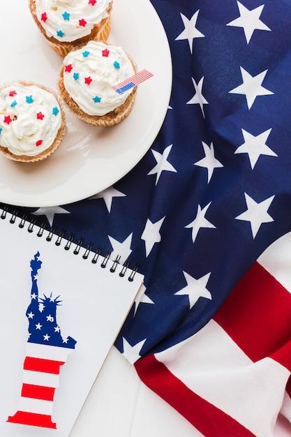 Vista dall'alto di cupcakes con bandiera americana e la statua della libertà Foto Gratuite