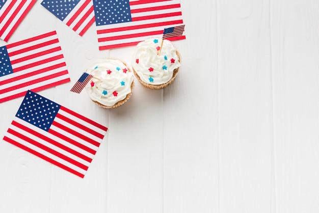 Vista dall'alto di cupcakes con copia spazio e bandiere americane Foto Gratuite