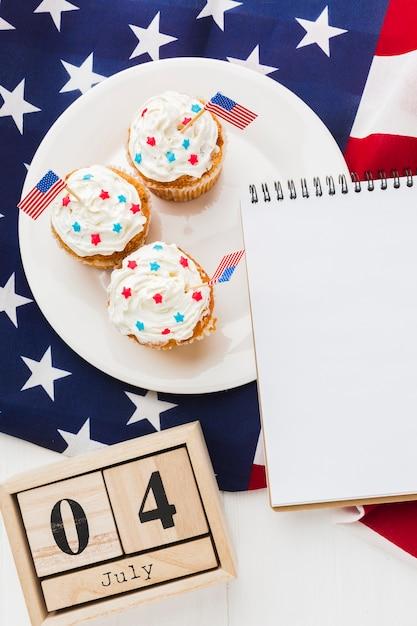 Vista dall'alto di cupcakes con data e bandiera americana Foto Gratuite