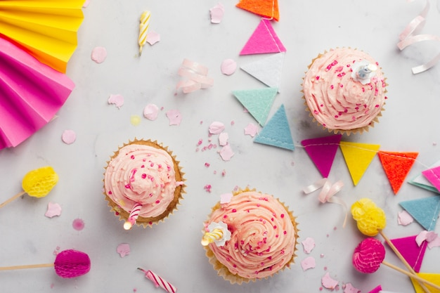 Vista dall'alto di cupcakes di compleanno con candele accese Foto Gratuite