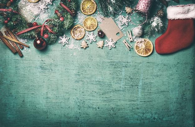 Vista dall'alto di decorazione di natale con fette d'arancia Foto Gratuite