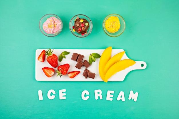 Vista dall'alto di diversi gelati con gli ingredienti Foto Premium