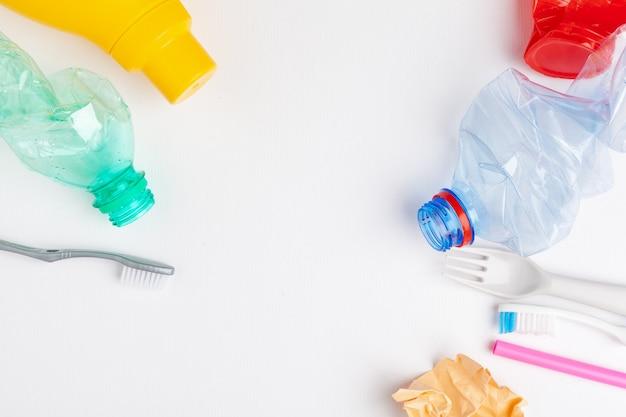Vista dall'alto di diversi materiali di immondizia con il riciclaggio Foto Premium