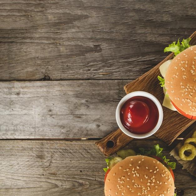 Vista dall'alto di fast food con salsa di pomodoro Foto Gratuite