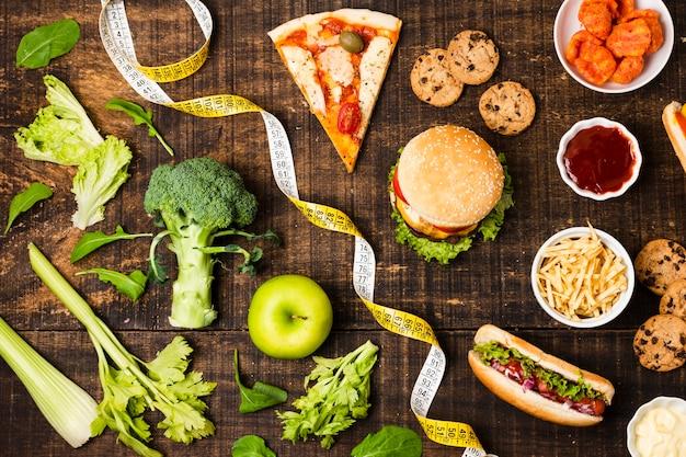 Vista dall'alto di fast food e verdure Foto Gratuite