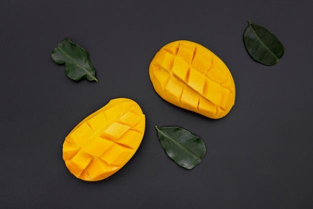 Vista dall'alto di fette di mango con foglie Foto Gratuite