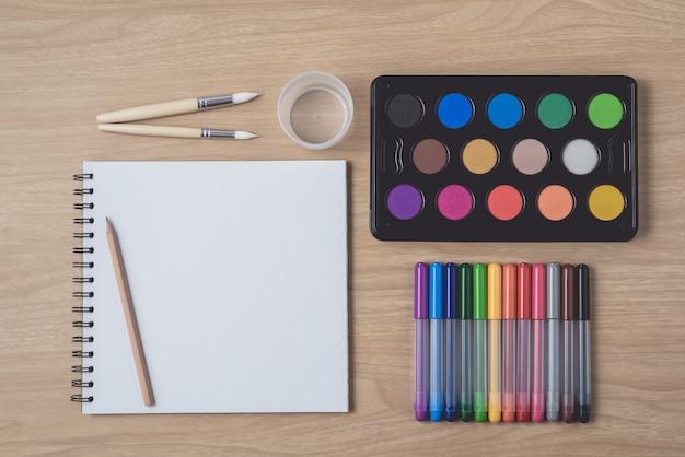 Vista dall'alto di forniture per pittori Foto Premium
