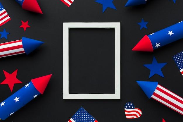 Vista dall'alto di fuochi d'artificio festa dell'indipendenza con bandiere americane e telaio Foto Gratuite