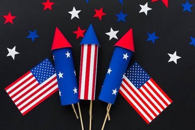 Vista dall'alto di fuochi d'artificio festa dell'indipendenza con stelle e bandiere americane Foto Gratuite