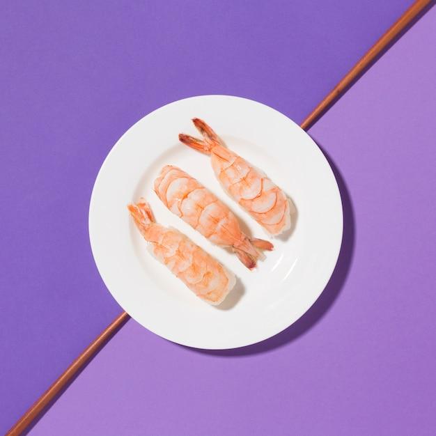 Vista dall'alto di gustosi gamberi su un piatto Foto Gratuite