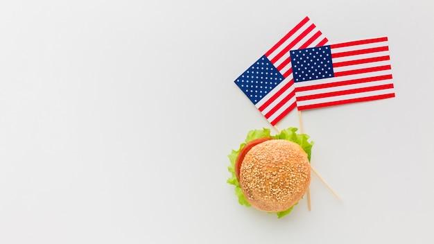 Vista dall'alto di hamburger con bandiere americane e copia spazio Foto Gratuite