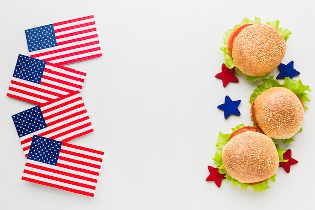 Vista dall'alto di hamburger con bandiere americane e stelle Foto Gratuite