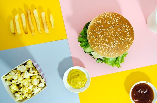Vista dall'alto di hamburger con popcorn Foto Gratuite