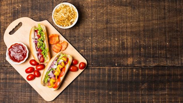 Vista dall'alto di hot dog con spazio di copia Foto Gratuite