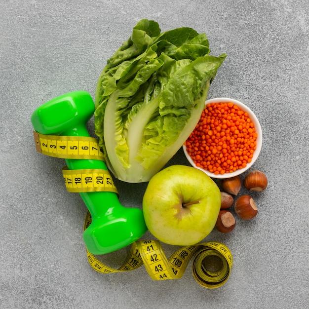 Vista dall'alto di lattuga con mela e peso Foto Gratuite