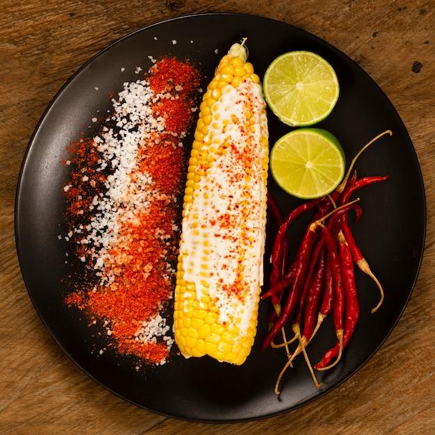 Vista dall'alto di mais sul piatto con lime Foto Gratuite