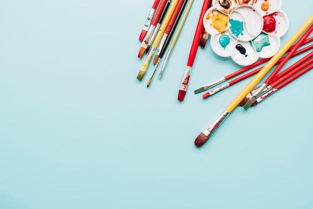 Vista dall'alto di materiali pittorici con copyspace Foto Gratuite
