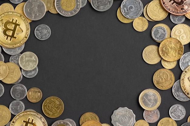 Vista dall'alto di monete su sfondo scuro Foto Gratuite