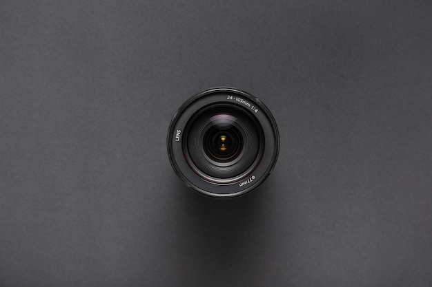 Vista dall'alto di obiettivi della fotocamera su sfondo nero con spazio di copia Foto Gratuite